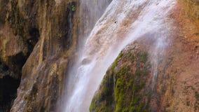 Duidelijke waterstroom neer op de oppervlakte van de rots Sluit omhoog stock footage