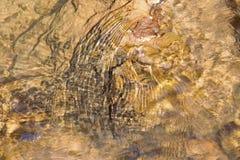 Duidelijke Watertextuur op geweven rotsen Stock Foto's