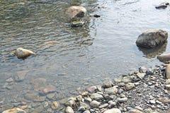 Duidelijke Watertextuur op geweven rotsen Royalty-vrije Stock Foto