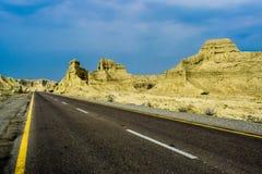 Duidelijke weg Blauwe hemel en Gele bergen Stock Afbeeldingen