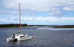 Duidelijke witte die boot op water wordt vastgelegd royalty-vrije stock fotografie