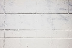 Duidelijke Witte die Muur uit Cinder Blocks met Geschilderd over Graffitti wordt gemaakt Stock Afbeeldingen
