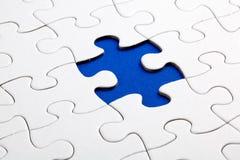 Duidelijke witte puzzel, op Blauwe achtergrond Royalty-vrije Stock Foto