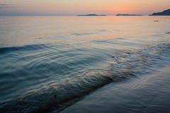 Duidelijke zeewateroppervlakte bij de zonsondergang Royalty-vrije Stock Foto's
