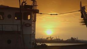 Duidelijke zonsondergangmening van geblokkeerd schip, de haven van Conakry stock footage