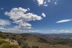 Duidelijkheid van de hemel in de hoge berg stock fotografie