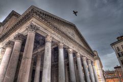 Duif die over Pantheon vliegen (HDR) Royalty-vrije Stock Foto's