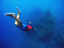 Duikend aan de schipbreuken, snorkeler in het diepe blauwe overzees royalty-vrije stock afbeelding