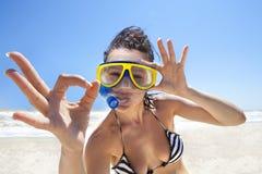 Duikend meisje in een zwemmend masker Royalty-vrije Stock Foto's