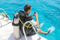 Duiker die in de oceaan van een jacht met zijn onderwatercamera voorbereidingen treffen te duiken royalty-vrije stock afbeeldingen