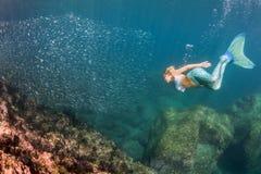 Duiker van de blonde de mooie Meermin onderwater Royalty-vrije Stock Afbeeldingen