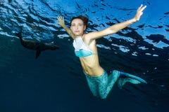 Duiker van de blonde de mooie Meermin onderwater Stock Foto's