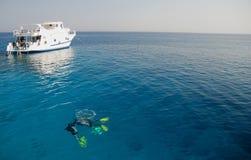 Duikers en boot in het Rode Overzees Stock Afbeeldingen