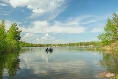 Duikers in het water van een diep meer stock afbeelding
