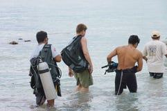 Duikers op Caraïbische overzees Stock Afbeeldingen