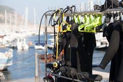 Duikuitrusting met haven op de achtergrond royalty-vrije stock foto's