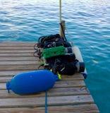 Duikuitrusting op een houten pier in de keerkringen Royalty-vrije Stock Foto