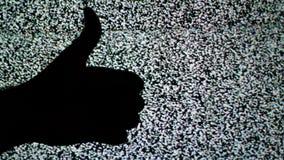 Duim beneden en duim omhoog voor gelijkaardig en afkeer of Goedkeurings en afkeuringsconcept tegen statische TV-lawaaiachtergrond stock footage
