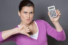 Duim neer voor vrouwelijke beroeps die financiële strategie afkeuren stock afbeeldingen