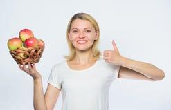 Duim omhoog vitamine en het op dieet zijn voedsel De landbouwconcept Gezonde tanden boomgaard, tuinmanmeisje met appelmand gelukk royalty-vrije stock afbeelding