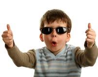 Duimen die door een gelukkige jonge jongen op glazen worden getoond Royalty-vrije Stock Foto