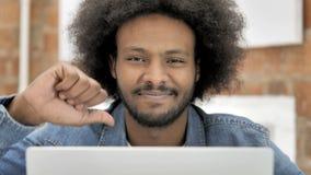 Duimen neer door de Afrikaanse Mens die aan Laptop werken stock videobeelden