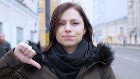 Duimen neer door Jonge Vrouw op Straat stock afbeeldingen