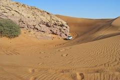 Duin het berijden in Arabische woestijn Stock Afbeeldingen