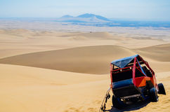 Duin met fouten gebruikt om toeristen te vervoeren die zand-inscheept op de duinen in Huacachina-woestijn, Peru uitoefenen royalty-vrije stock afbeeldingen