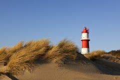 Duinen bij strand Borkum en kleine vuurtoren Stock Foto's