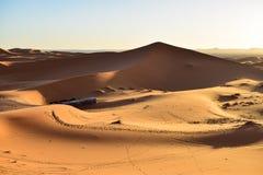 Duinen bij zonsondergang in de woestijn die van de Sahara een Berber-kamp overzien Royalty-vrije Stock Foto