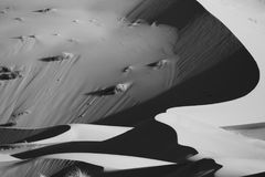 Duinen en zand op Sahara Desert, Marokko Monochromatisch, zwart-wit royalty-vrije stock fotografie