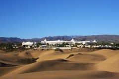Duinen met stad en berg op horizon met blauw Stock Foto