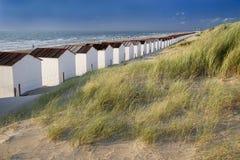 Duinen, oceaan en huizen Stock Foto's