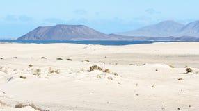 Duinen, Zand, Overzees en Vulkaan in Fuerteventura Stock Afbeeldingen