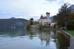 Duingtkasteel op de kusten van Annecy Meer in Frankrijk stock fotografie