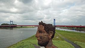 Duisburg, Alemanha - 3 de outubro de 2017: O eco da escultura do Poseidon criado por Markus Lueppertz está cumprimentando video estoque