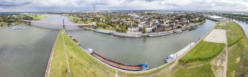 Duisburg, Alemanha - 3 de outubro de 2017: A ponte de Friedrich-Ebert está conectando Ruhrort e Homberg Fotos de Stock Royalty Free