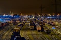 DUISBURG, DEUTSCHLAND - 21. MÄRZ 2016: befördern Sie die Lastwagen, die nachts für das Laden am Güterbahnhof des Stahlwerks ausge Lizenzfreie Stockfotos