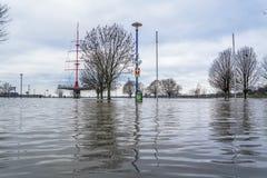 Duisburg, Duitsland - Januari 08 2017: De rivier Rijn overstroomt Muehlenweide Royalty-vrije Stock Foto's