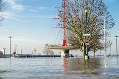 Duisburg, Duitsland - Januari 08 2017: De rivier Rijn overstroomt Muehlenweide Royalty-vrije Stock Foto