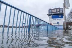 Duisburg, Duitsland - Januari 08 2017: Het overstromende watermerk is meer dan 9 meters Stock Afbeeldingen