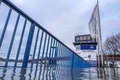 Duisburg, Duitsland - Januari 08 2017: Het overstromende watermerk is meer dan 9 meters Stock Foto's