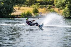 Duisburg, Duitsland - Juli 18 2018: Jongen die pret met waterski op het meer hebben royalty-vrije stock fotografie