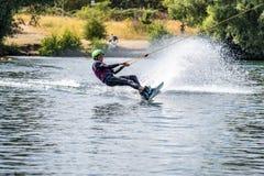 Duisburg, Duitsland - Juli 18 2018: Jongen die pret met waterski op het meer hebben stock foto