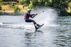 Duisburg, Duitsland - Juli 18 2018: Jongen die pret met waterski op het meer hebben stock afbeelding