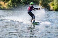 Duisburg, Duitsland - Juli 18 2018: Jongen die pret met waterski op het meer hebben stock fotografie