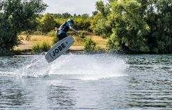 Duisburg, Duitsland - Juli 18 2018: Jongen die pret met waterski op het meer hebben stock afbeeldingen