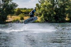 Duisburg, Duitsland - Juli 18 2018: Jongen die pret met waterski op het meer hebben royalty-vrije stock foto's