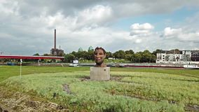 Duisburg, Duitsland - Oktober 03 2017: De beeldhouwwerkecho van Poseidon door Markus Lueppertz wordt gecreeerd dat begroet stock videobeelden